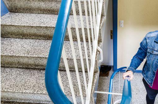 Belästigte ein Paketbote eine Frau im Treppenhaus?