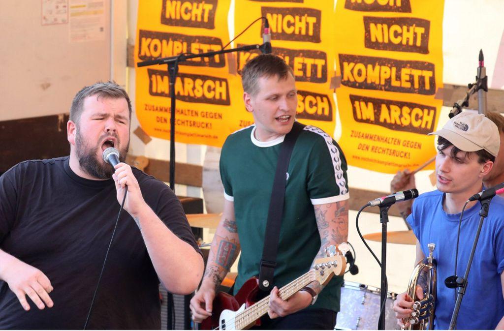 """Die vorpommersche Punkband """"Feine Sahne Fischfilet"""" mit ihrem Frontmann Jan """"Monchi"""" Gorkow (li.) bei einem Auftritt in Demmin Foto: dpa"""