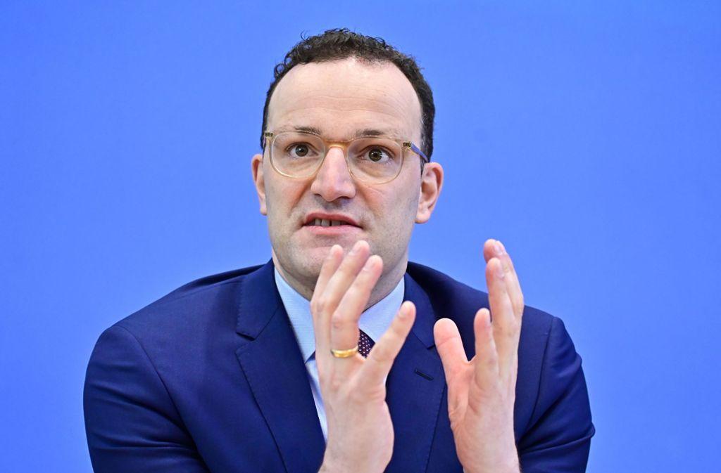 Jens Spahn will die umstrittene Kostenübernahme für homöopathische Arzneimittel durch Krankenkassen nicht antasten. Foto: AFP/TOBIAS SCHWARZ