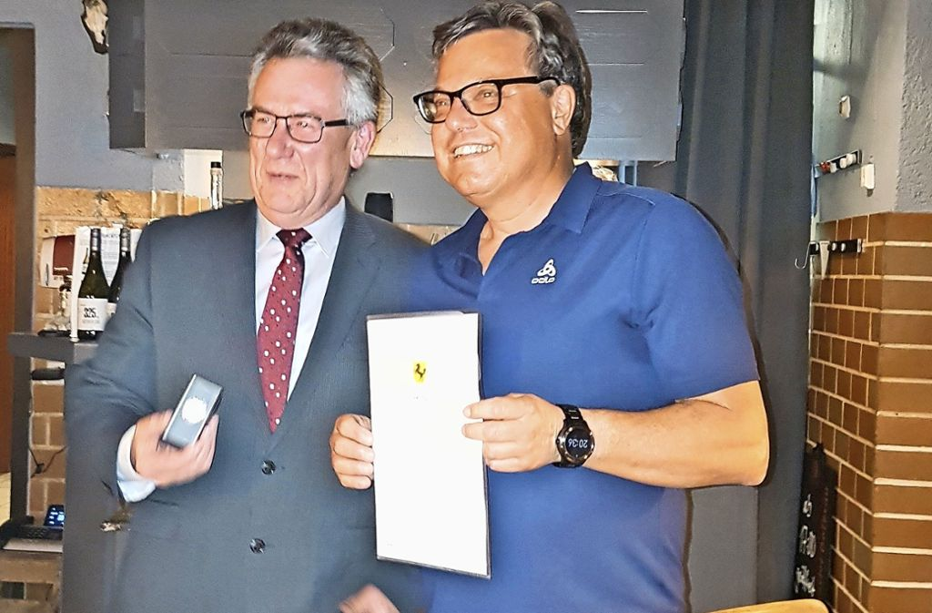 Schultes Peter Beier überreicht Ehrenmünze an Jürgen Silberberger (re.). Foto: (z)