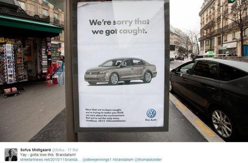 Aktivisten verfremden Plakate