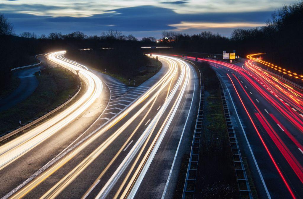Bereits heute - ohne allgemeines Tempolimit - seien Autobahnen die sichersten Straßen, führen Tempolimit-Gegner an (Symbolbild). Foto: dpa/Julian Stratenschulte