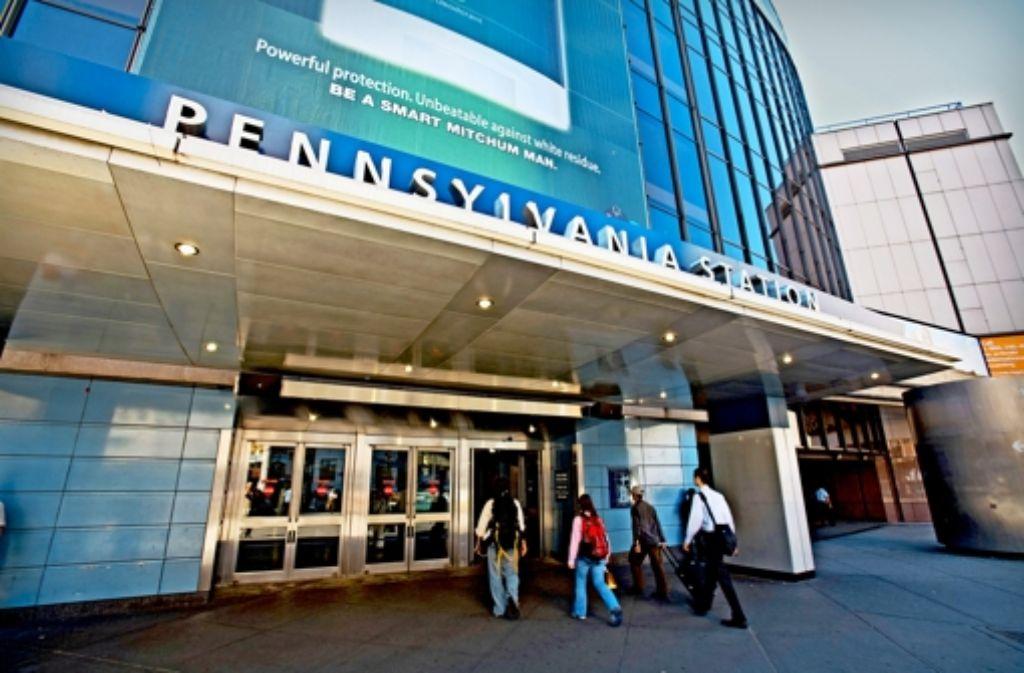 Brutalistische Moderne: durch gesichtslose Eingänge betreten die Fahrgäste in New York heute    den Bahnhof. Foto: Mauritius