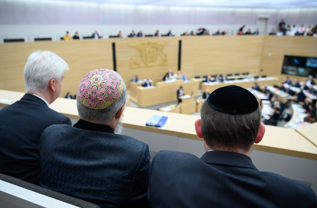 Vertreter der israelitischen Religionsgemeinschaft verfolgen die Antisemitismus-Debatte  im Landtag Foto: dpa/Sebastian Gollnow