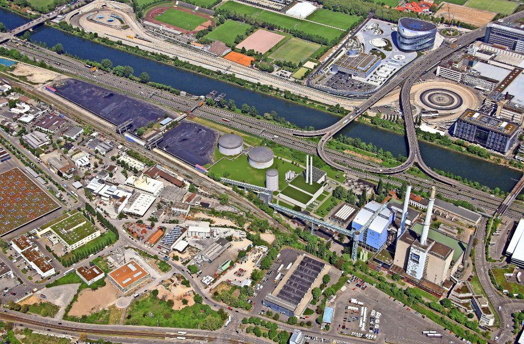 So wird das neue Gasheizkraftwerk (das Gebäude in der Bildmitte mit den beiden kleinen Schornsteinen) einmal aussehen. Das alte Kraftwerk rechts soll mittelfristig abgerissen werden; die Fläche der Kohlehalden (links oben) wird frei. Die Diskussion über die künftige Nutzung hat begonnen. Foto: EnBW