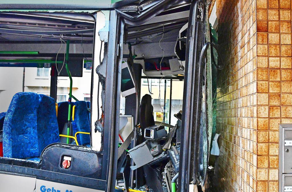 Mit mehr als 40 Fahrgästen ist der  Bus gegen die Wand gekracht. Foto: dpa