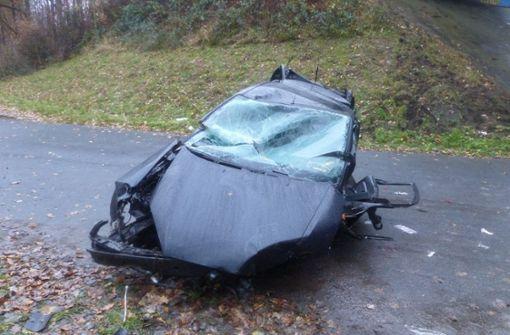 Auto stürzt zehn Meter in die Tiefe – Fahrer überlebt