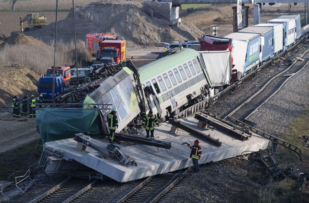 Der Zug fuhr in die 100 Tonnen schwere Betonplatte, die sich von einer Brücke gelöst hatte. Foto: dpa/Patrick Seeger
