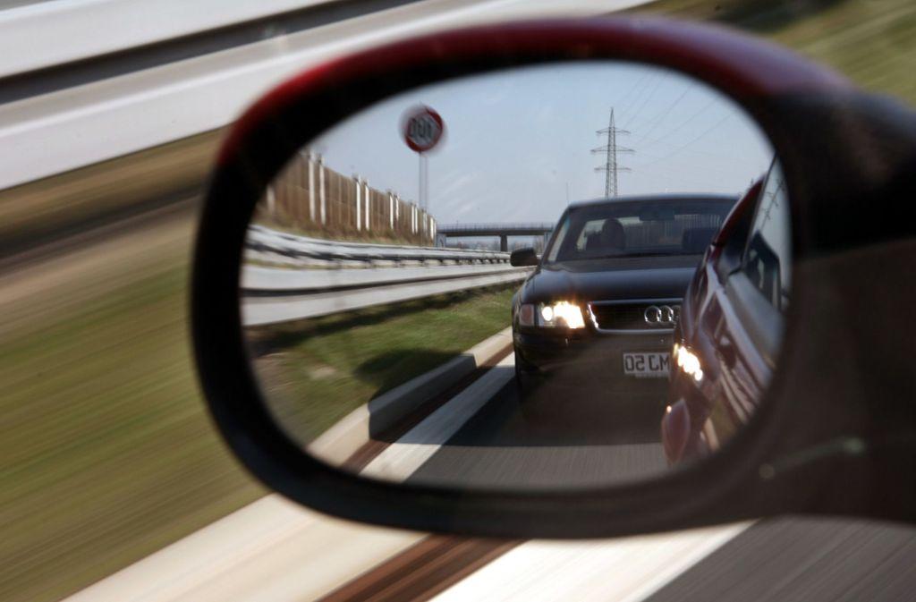 Ausbremsen, Schneiden, Lichthupe  oder Drängeln – diese Verhaltensweisen können beim Autofahren  durchaus als Nötigung gelten. Foto: dpa/Marcus Führer