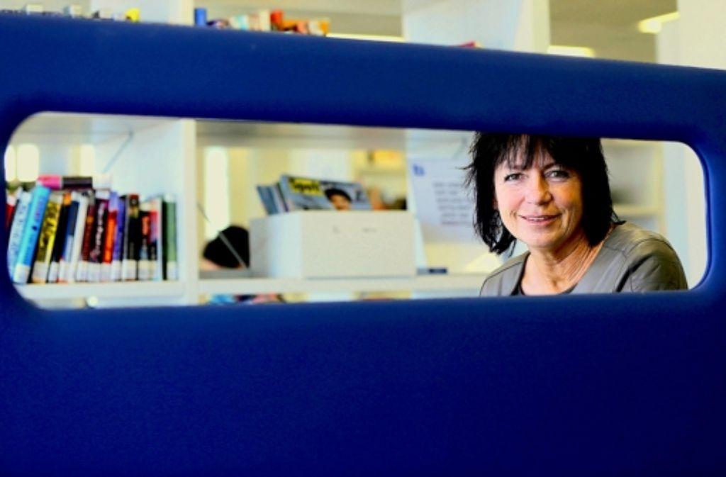 Christine Brunner will die Stadtbibliothek noch stärker in der Stadt vernetzen. In unserer Bilderstrecke zeigen wir Brunners neuen Arbeitsplatz. Foto: Achim Zweygarth