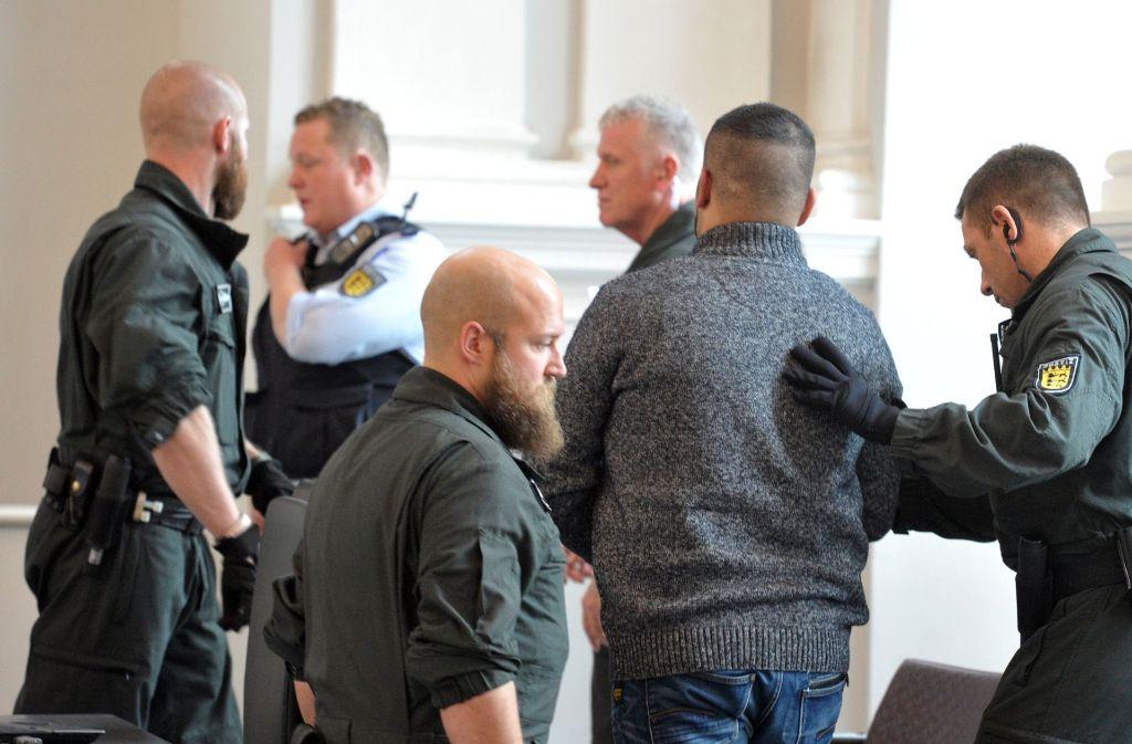Der Angeklagte wird von der Polizei aus dem Gerichtssaal in Ellwangen geführt. Foto: dpa