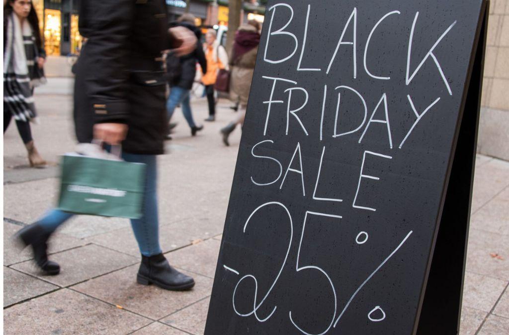 Die vorweihnachtliche Schnäppchenjagd wird mit dem Black Friday eingeläutet. Foto: dpa