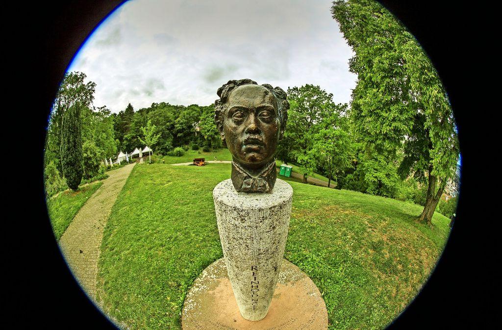 Zwei Mal verschwunden und zum Glück im Gras gefunden: Die Portraitbüste des Künstlers im Weißenburgpark Foto: Lichtgut/Leif Piechowski