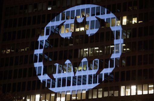Fans feiern und Leuchtsignale an Gebäuden weltweit