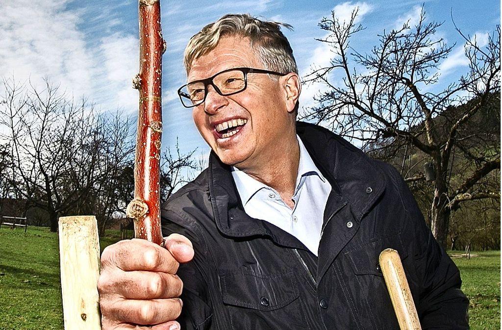 Der    Esslinger Landrat Heinz Eininger hat beim Pflanzen des Sonnenwirtsapfels selbst Hand angelegt und dabei sichtlich Spaß gehabt. Foto: Ines Rudel