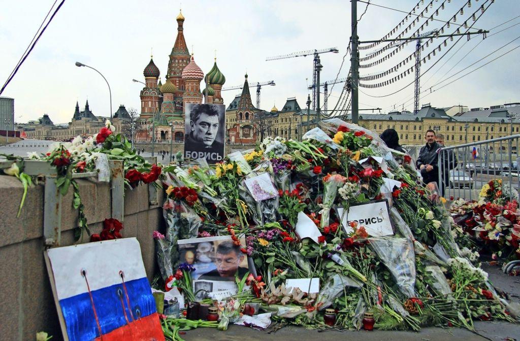 Trauer um Boris Nemzow nahe der Kremlmauer. Foto: dpa
