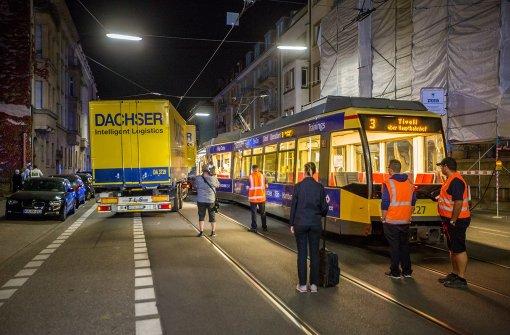 Lastwagen prallt auf Straßenbahn