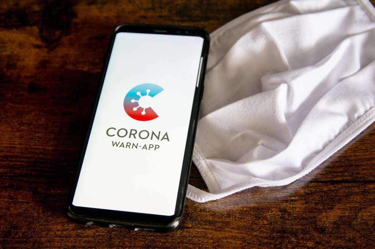 Corona-Warn-App oder doch lieber die CovPass-App? Foto: Marco.Warm / shutterstock.com