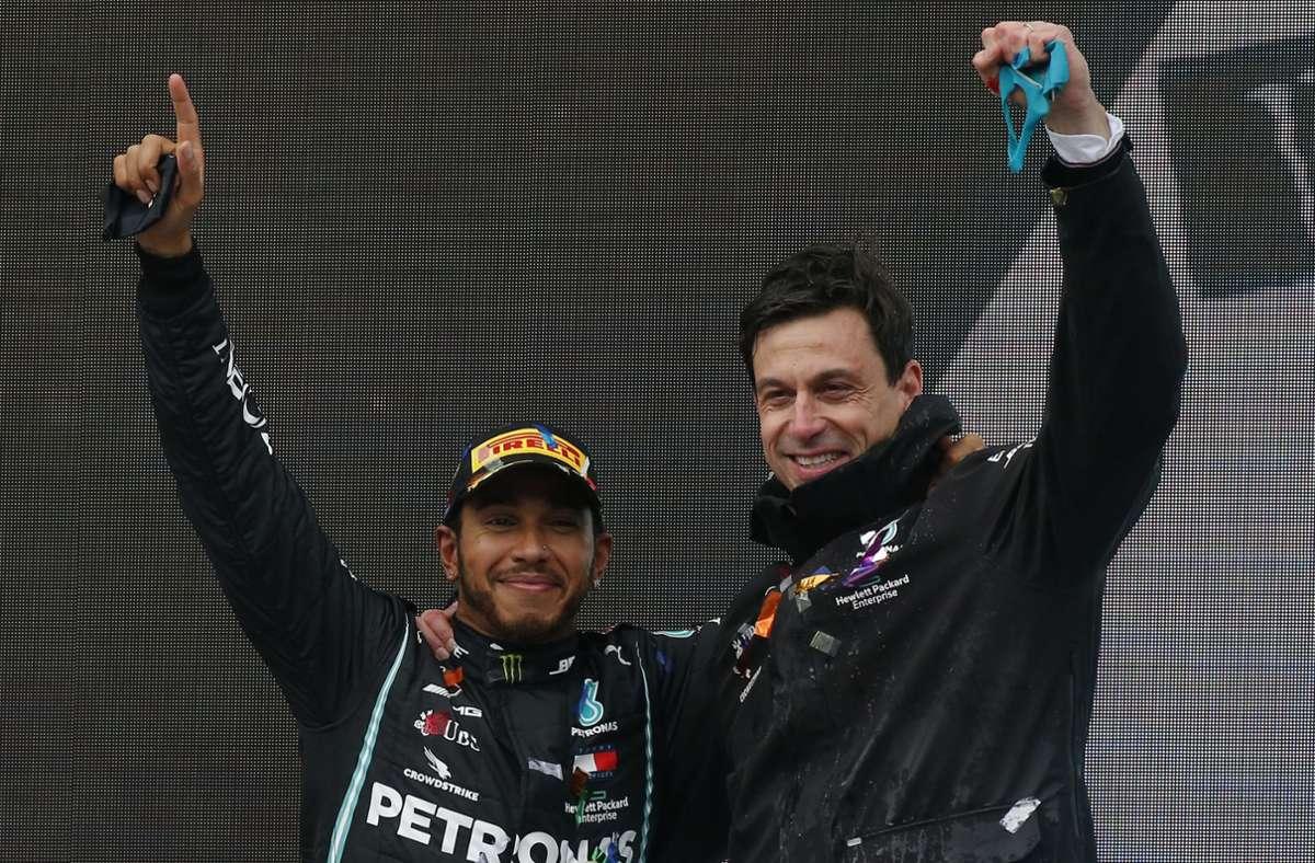 Der Chef und sein Angestellter des Jahres: Mercedes-Motorsportchef Toto Wolff (re.) und der siebenmalige Champion Lewis Hamilton. Foto: AP/Kenan Asyali