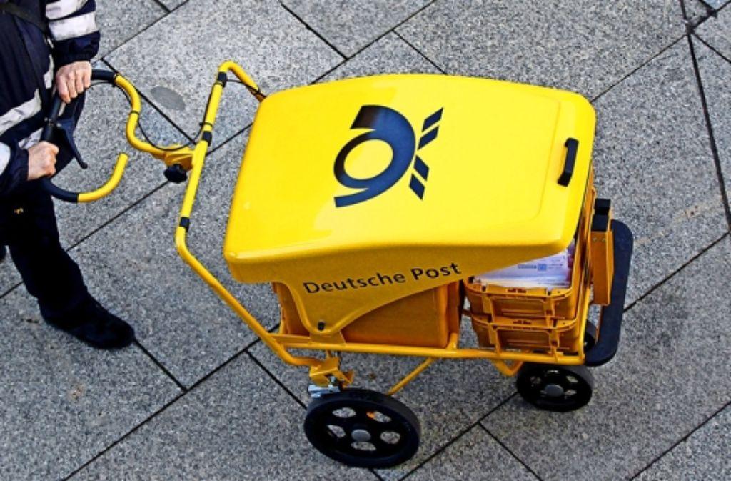 So mancher Briefträger der Deutschen Post muss halb- oder gar vierteljährlich bangen. Foto: dpa