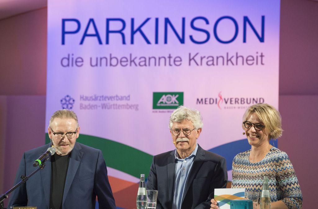 Der Hörfunkmoderator Matthias Holtmann (1. v. links), sein Neurologe Klaus Schreiber und die Moderatorin der Veranstaltung, Stefanie Anhalt. Foto: Thomas Kienzle