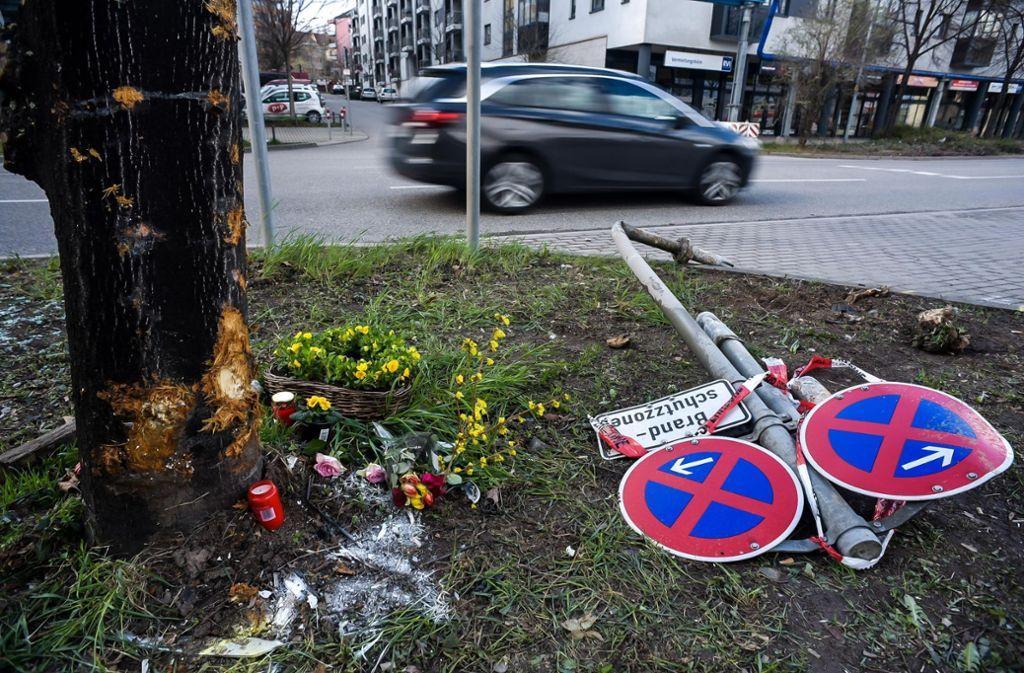 An der Unfallstelle liegen Blumen zum Gedenken an die Opfer. Foto: Lichtgut/Max Kovalenko