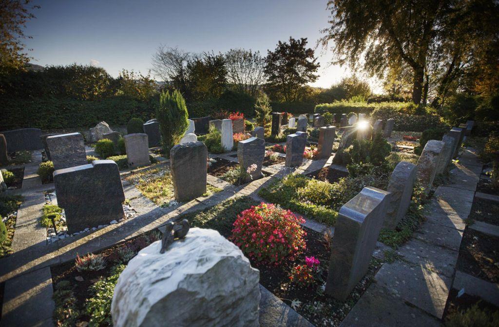 Einen Grabstein haben Einbrecher benutzt, um in die Kirche zu gelangen. Symbolf Foto: © C) Gottfried Stoppel