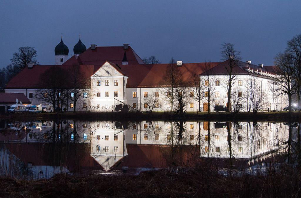 CSU-Winterklausuren gehen auch mal idyllisch: Das ehemalige Kloster Seeon, gespiegelt im eigenen See. Foto: dpa/Matthias Balk