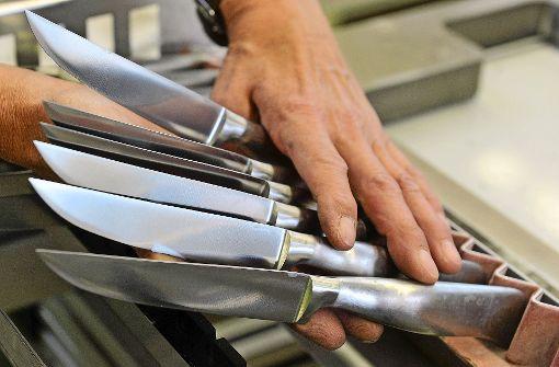 Saufkumpane gehen mit Messern auf die Polizei los