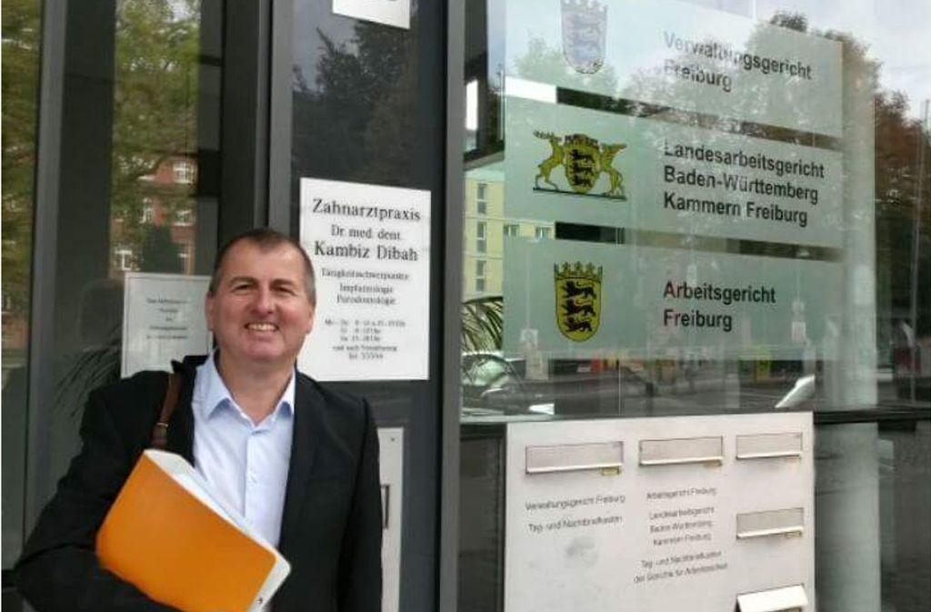 Der Heidelberger Friedensaktivist Hermann Theisen freut sich über seinen Erfolg vor dem Freiburger Verwaltungsgericht. Foto: Roland Blach