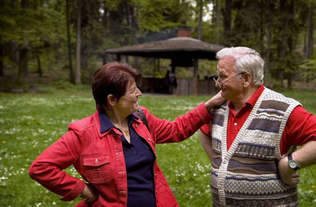 Edeltraud Wetzel und Heinz Kobald im Juni 2009 an dem Ort, wo sie sich am 7. Oktober 1996 zum ersten Mal begegnet sind. Foto: Martin Stollberg