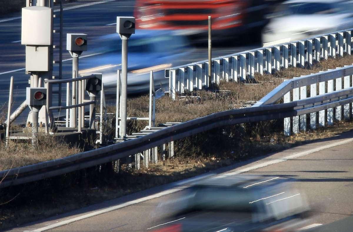 Blitzer an einer Autobahn –Geldbußen für Raser werden zukünftig teurer. (Symbolbild) Foto: dpa/Oliver Berg