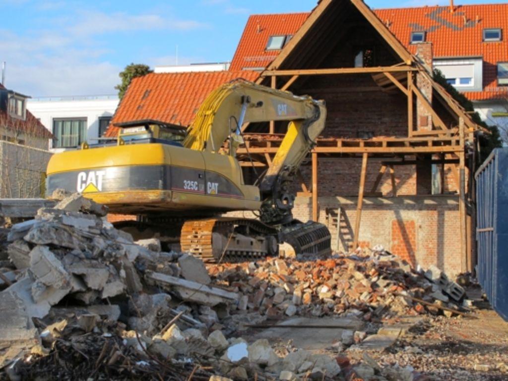 Der Bagger reißt ein früheres Bauernhaus ab. Foto: Malte Klein