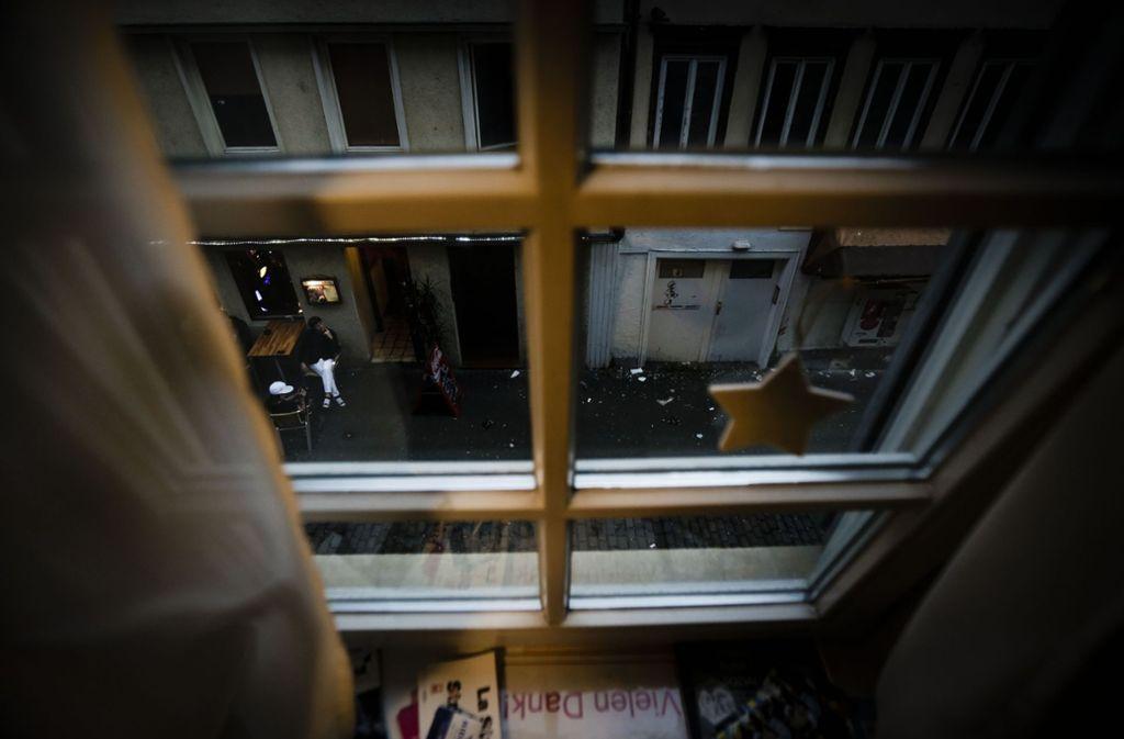Blick aus dem Café Strich-Punkt auf die Jakobstraße. 180 männliche Prostituierte suchen hier übers Jahr Hilfe – das Prostitutionsschutzgesetz tangiert ihre Situation kaum. Foto: Leif Piechowski