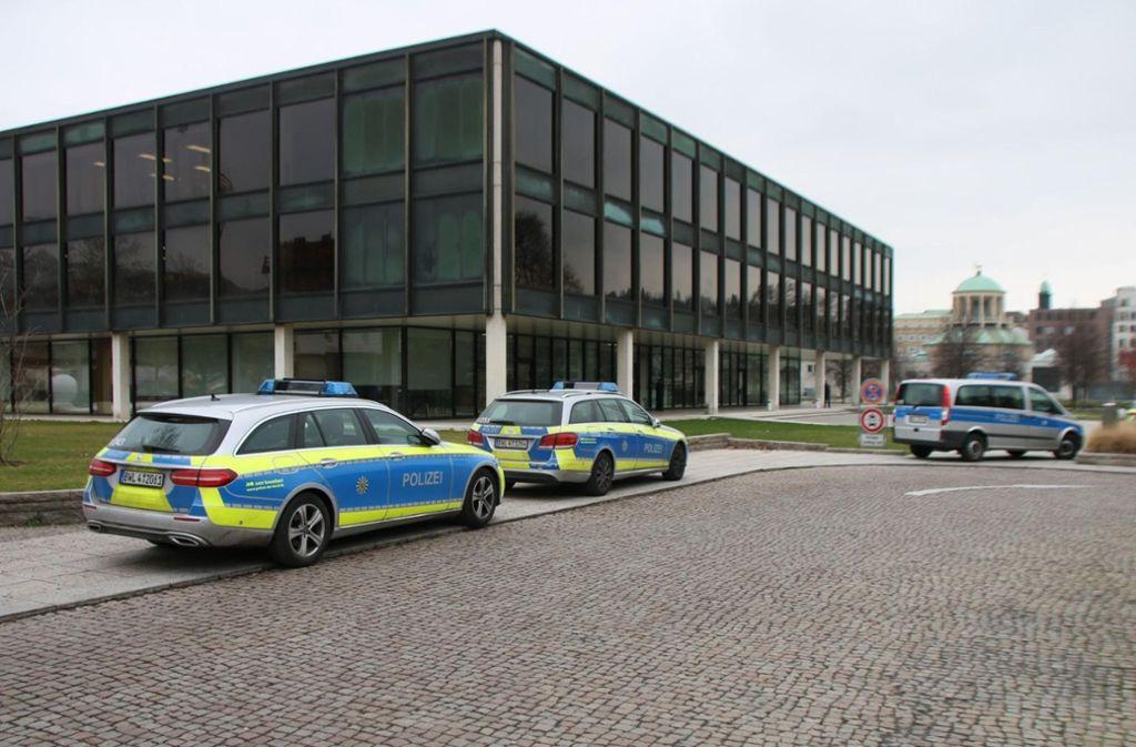 Die Polizei ist mit Dutzenden Beamten am Landtag im Einsatz. Foto: 7aktuell.de/Jens Pusch