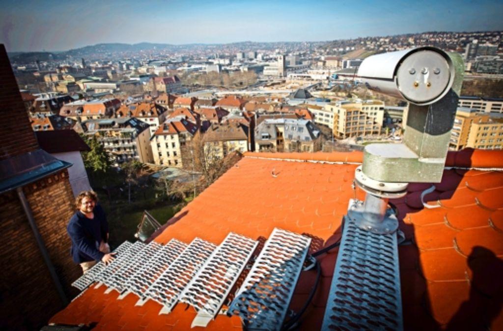Über den Dächern von Stuttgart: Wenn Tobias Schulz zu seiner Kamera möchte, muss   er klettern. Foto: Lichtgut/Achim Zweygarth