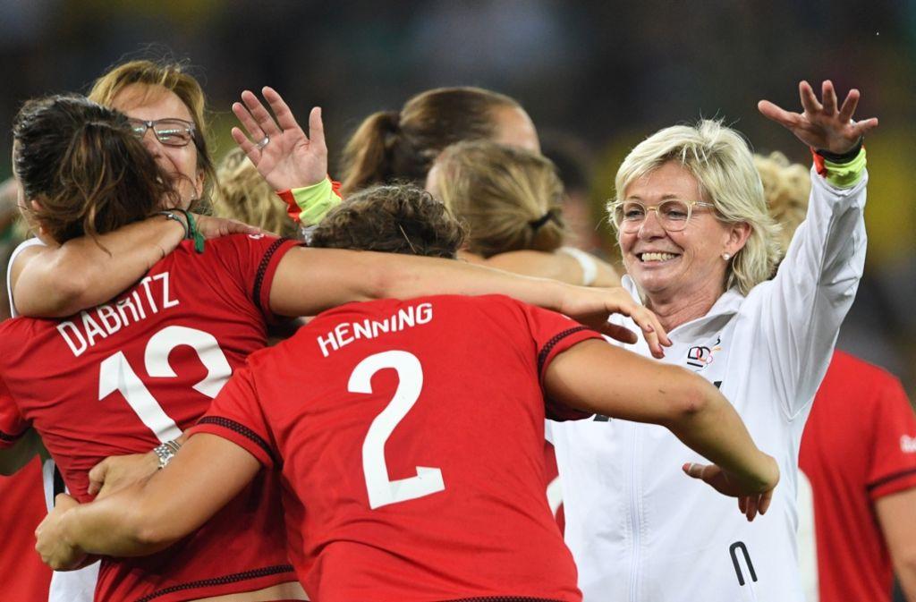 Krönender Abschluss für Silvia Neid: Die DFB-Frauen haben die Gold-Medaille in Rio gewonnen. Foto: dpa