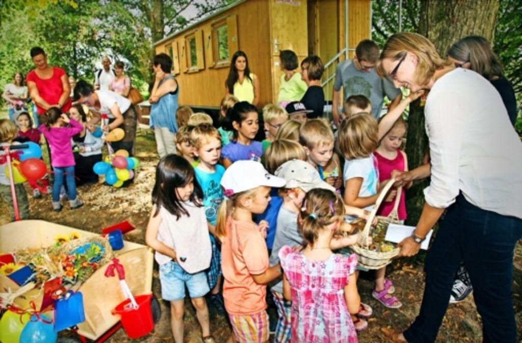 Schuhwerk und Kleidung verraten: nicht alle Kinder, die von der Bürgermeisterin Claudia Dörner mit Gummibärchen versorgt werden, sind Waldkindergartenkinder. Foto: Ines Rudel