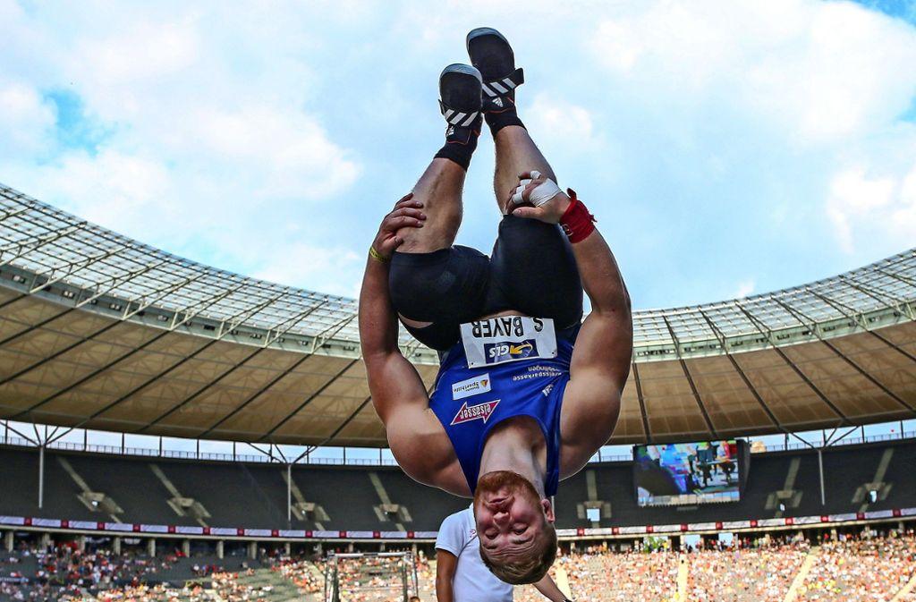 Ob die Besucher des Ludwigsburger Landesturnfestes so einen  Salto schaffen? In einer Salto-Lern-Maschine können sie  das üben – oder auch nicht. Foto: Baumann/Archiv Foto: