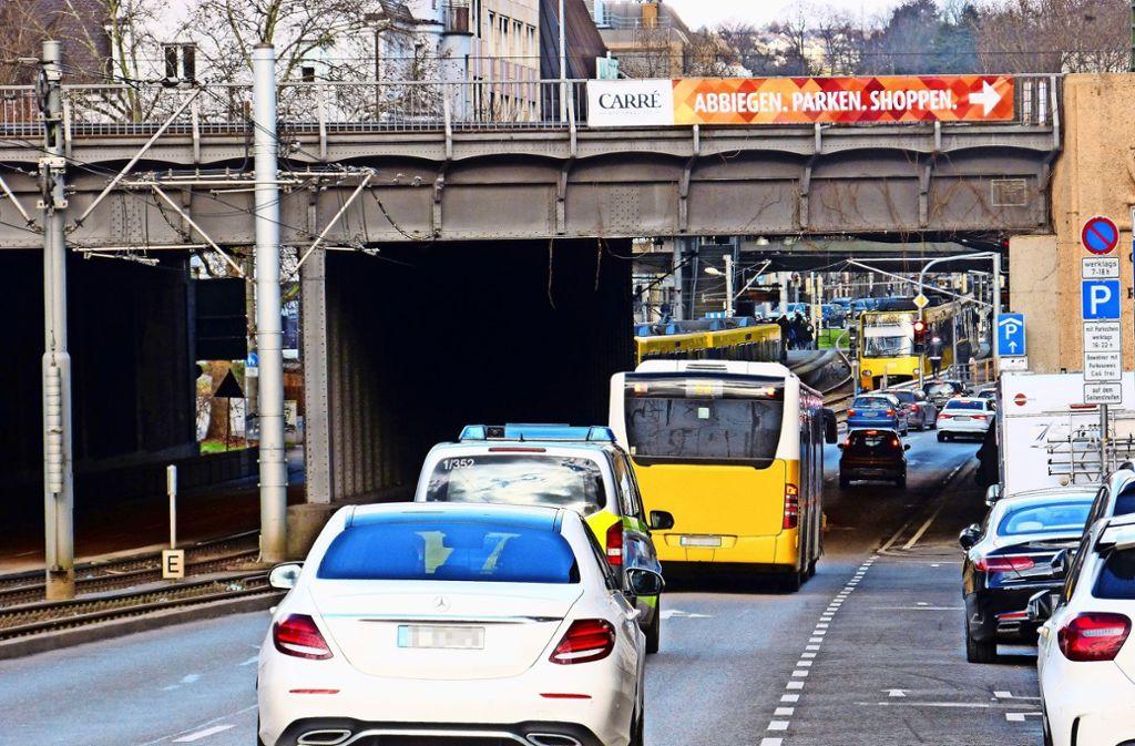 Bereits heute stehen die SSB-Busse  zwischen König-Karls-Brücke und Wilhelmsplatz vor allem im Berufsverkehr im Stau. Foto: Uli Nagel