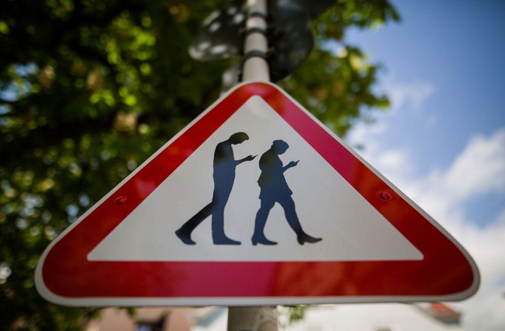 """Reutlingen: Schild Warnt Vor """"Smombies"""""""