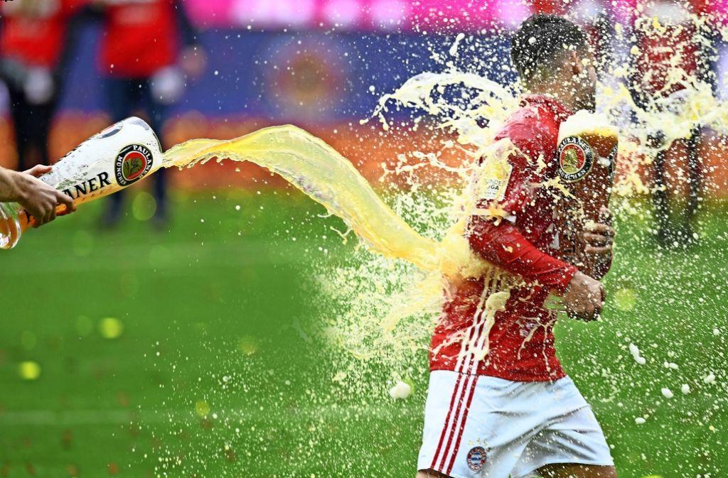 Mal sehen, wer in der kommenden Saison wen nass macht auf dem Feld: Ein Prosit auf die Bundesliga. Foto: Getty