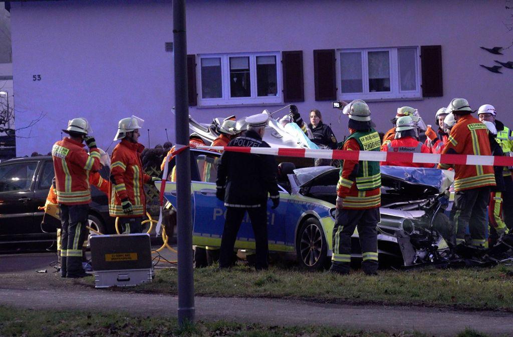 Die Polizistin musste von der Feuerwehr aus ihrem Wagen befreit werden. Foto: 7aktuell.de/Alexander Hald/7aktuell.de | Alexander Hald