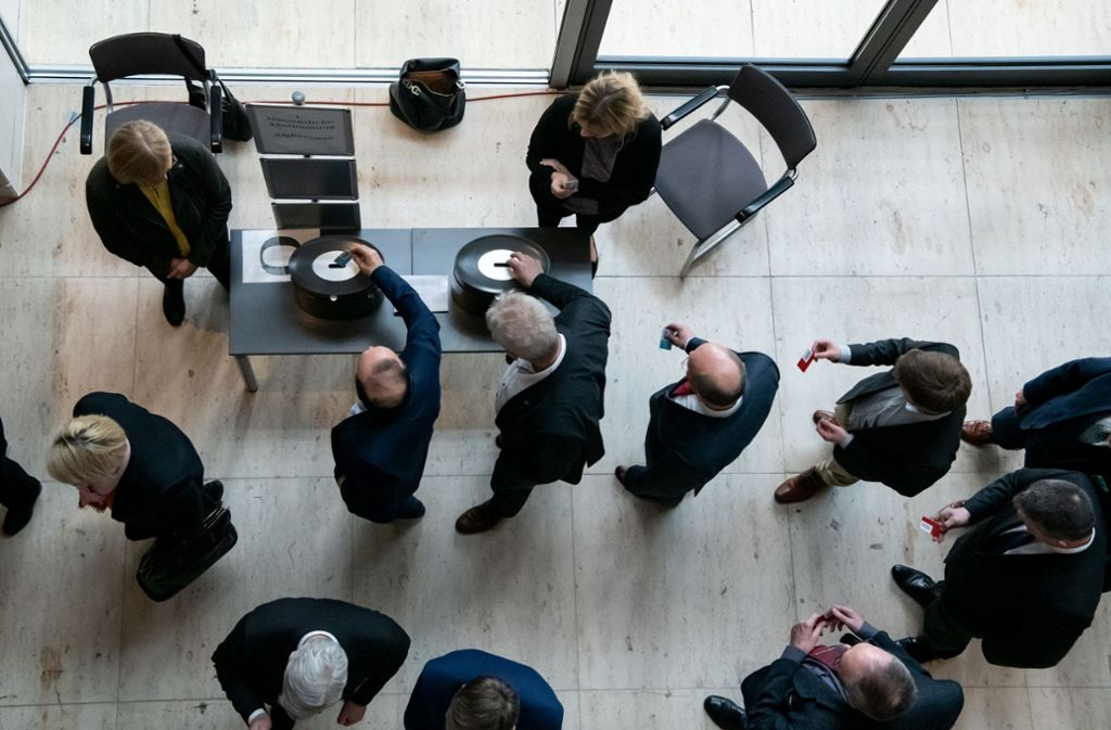 Schon vor zwei Wochen wurden die namentlichen Abstimmungen ins Foyer vor dem Plenarsaal verlegt – an diesem Mittwoch wird deutlich strenger auf Abstand geachtet werden. Foto: dpa/Bernd von Jutrczenka