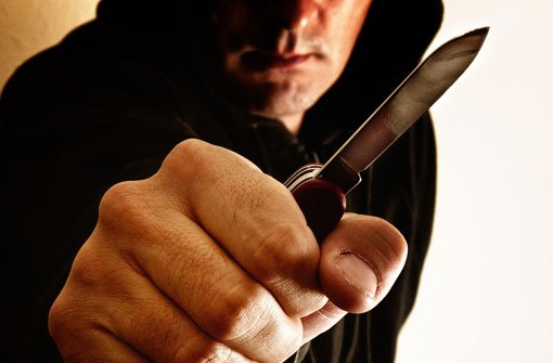 2.2.: Mann mit Messer angegriffen