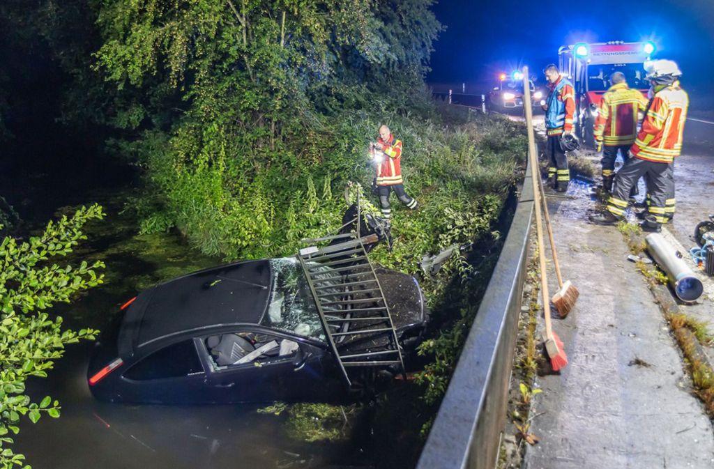 Bei einem Unfall in der Nähe von Karlsruhe ist ein 24-Jähriger mit seinem Auto in einen Bach gestürzt. Foto: dpa