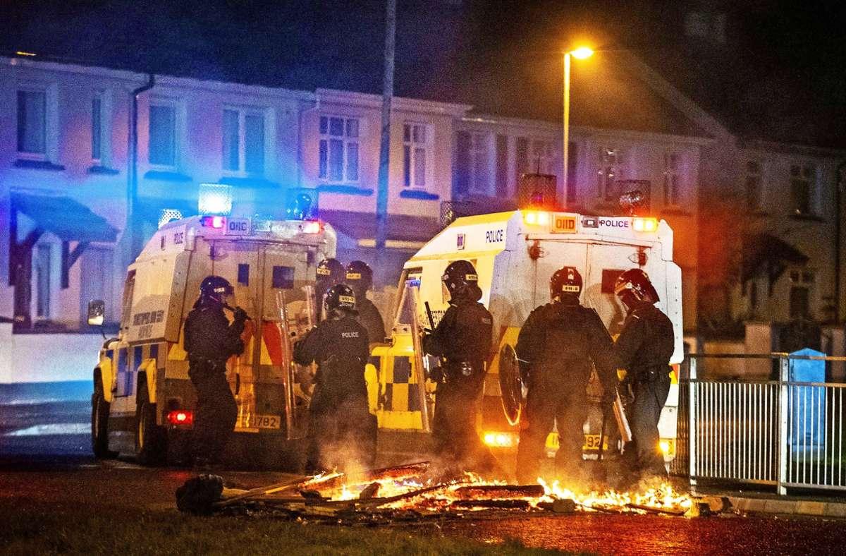 Die Polizei in Derry ist im Einsatz, weil  ein Auto angezündet wurde. Foto: dpa/Liam Mcburney