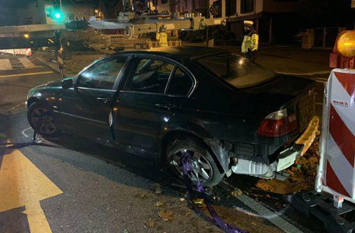 Fahrt eines Betrunkenen endet in Baustelle – Fahrer flüchtet