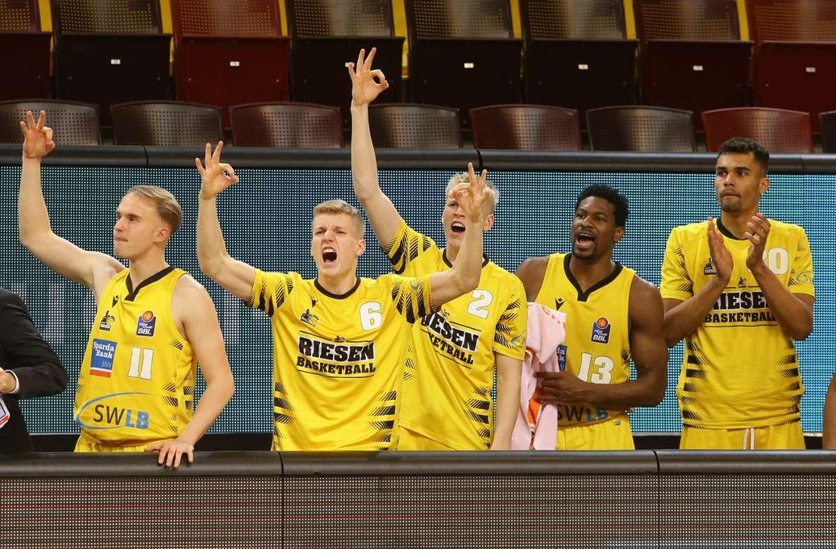 Halbfinale, wir kommen: auch die Bank der Riesen feiert Foto: Baumann