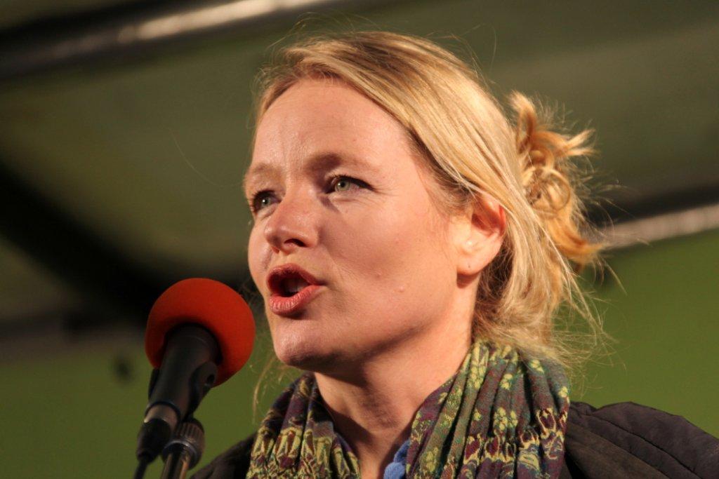 Grünen-Chefin Thekla Walker sprach auf der Montagsdemo. Foto: Beytekin